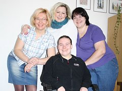 Osobní asistentky z Centra pro zdravotně postižené v Rokycanech (zleva) Petra Kratinová, Pavla Malá, Michaela Szolgová a sedící Alexandra Čekanová.