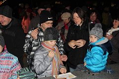 Zpívání v Hrádku provázelo vystoupení předškoláků, sváteční jarmark a množství stánků na náměstí.
