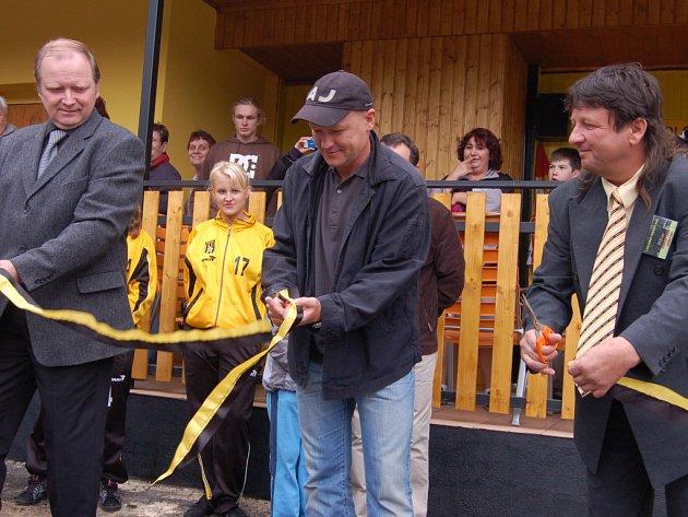 Přestřižení pásky se ujali starosta obce Miroslav Vild, internacionál Ivan Hašek a šéf klubu Stanislav Kurdík (zleva).