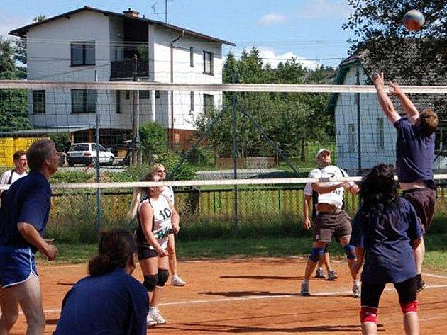 Mirošovští volejbalisté hostili deset smíšených družstev