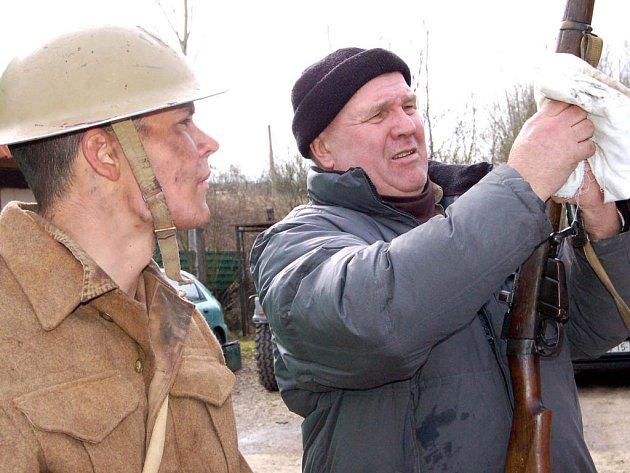 Muzeum na demarkační linii na okraji Rokycan si v pátek zvolili filmaři pro dotočení některých scén Tobruku. Ústřední postavou je Jan Meduna (vlevo), který se zájmem sledoval, jak šéf muzea František Koch umí vyčistit zbraň.