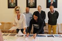V ZASEDACÍ MÍSTNOSTI rokycanské radnice byly včera vystaveny dokumenty před vložením do dvou měděných tubusů. Postupně je pečlivě roztřídily Eva Praumová s Andreou Janovou.