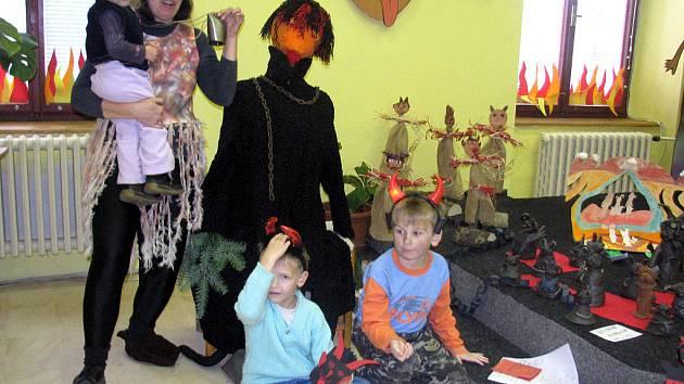 Rokycanská knihovna se změnila v pekelnou školu.  Procházel jí   i Jirka Majer (vpravo), Honzík Beneš a velké čertice se nebála ani jeho dvouletá sestra Petruška.