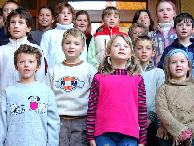 Nové dětské hřiště bylo ve středečním podvečeru otevřeno u malotřídky v Kařezu. Místní školáci i předškoláci  přednesli působivé pásmo básniček.