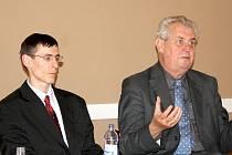 Petr Král  ze Strany práv občanů  v rokycanské sokolovně  vedl diskusi s expremiérem  Milošem  Zemanem.