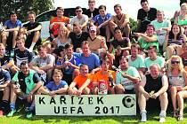 Účastníci i fanoušci dvanáctého ročníku Kařízek Cupu se zvěčnili po předání cen. Suverénní byl tým ze středních Čech a za ním bojovaly o další poháry domácí celky.