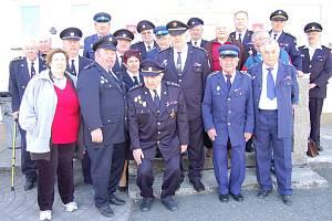 Zaloužilí hasiči. Do Zbiroha pozvali  hasičské legendy z celého Rokycanska jejich nástupci z nynějšího výkonného výboru okresního sdružení. Pozvání přijalo deset mužů a jedna žena.