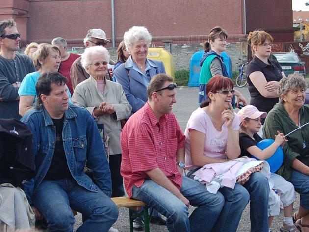 Prima den s Deníkem odstartoval západočeský seriál v Rokycanech. V úterý odpoledne se na ploše u zimního stadionu vystřídalo několik desítek diváků.