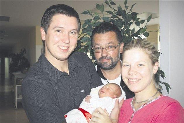 Daniela JEDLIČKOVÁ z Rokycan bude mít ve svém rodném listu datum narození 24. září. Narodila se osm minut před devátou večer. Manželé Radka a Míra Jedličkovi věděli dopředu, že si domů z porodnice ponesou malou slečnu. Danielka vážila při narození 2940 gr