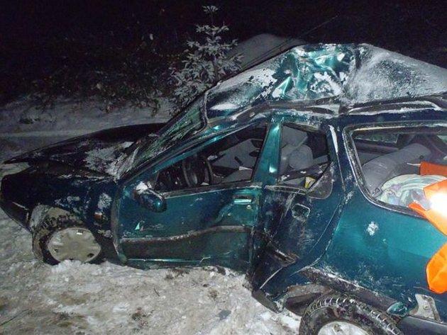 Nehoda osobního auta mezi Holoubkovem a Mýtem