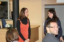 Za sdružení, s nimiž na základě novely zákona mohou pěstounské rodiny uzavírat smlouvy o spolupráci, promluvily na včerejším semináři v Rokycanech i Julie Preclíková a Jana Kocourková z Centra pro rodinu a dítě Latus.