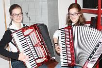 SESTRY PAVLA A HANA LISNEROVY jsou dvojčata a příznivci hudby se s těmito akordeonistkami často mohou setkat při koncertech ZUŠ Rokycany, ovšem i při jiných příležitostech.