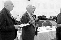 STŘÍBRNOU MEDAILI za zásluhy o Český zahrádkářský svaz převzal od místopředsedy Republikové rady ČZS Josefa Ernesta (uprostřed) předseda ZO Strašice Jan Vaněk (vlevo).