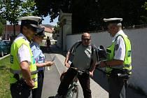DOPRAVNÍ POLICISTÉ se včera v Plzeňské ulici zaměřili na kontrolu cyklistů. Nechyběly dechové zkoušky, kontroly vybavení a také používání cyklostezek. Z rukou mužů zákona obdrželi drobné dárky v podobě reflexních pásek.