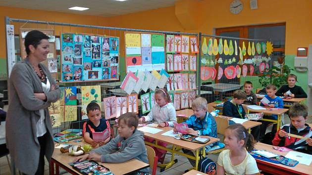 ŽÁCI V MIROŠOVSKÉ devítiletce byli dočasně umístění v provizorních prostorech. Druháčci, kteří jsou na snímku se učí například jídelně. Další jsou ve školním bytě a v menším pavilonu.