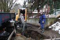 V rokycanské Školní ulici se včera činili vodaři, došlo k poruše potrubí. Na snímku je šéf operace Petr Šmolík ml. a bagřík ovládal Stanislav Kodl.