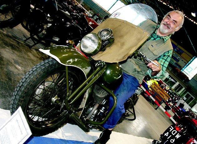 Jaroslav Svoboda na svém výstavním kousku Harley Davidson 750 WLC, vyrobený roku 1941. Stroj mohli návštěvníci rokycanské výstavy historických vozidel obdivovat čtyři dny.
