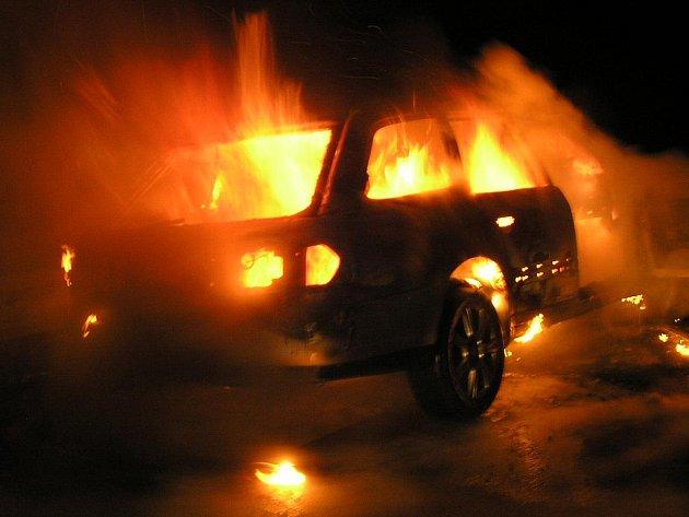 Požár osobního automobilu, ke kterému došlo během nedělního večera. Řidič  ale stačil včas z vozu uniknout.