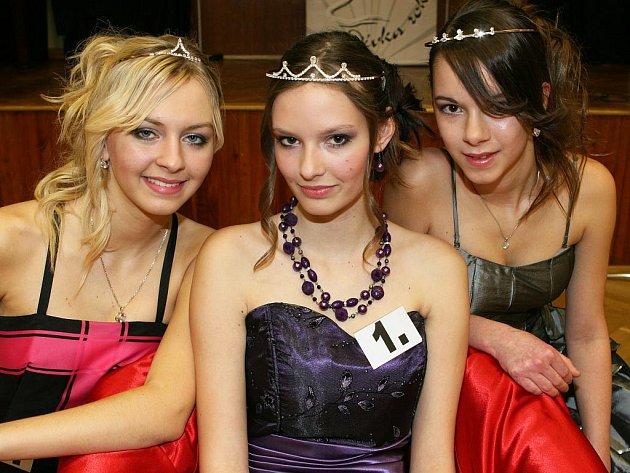 V soutěži Dívka roku 2010, kterou pořádal už po čtrnácté Dům dětí a mládeže Kamarád v Třemošné, zvítězila Klára Macháčková z Radnic (uprostřed). Druhé místo patří Elišce Kučerové z Plzně a třetí příčku obsadila Jessica Kuttová z Horní Břízy.