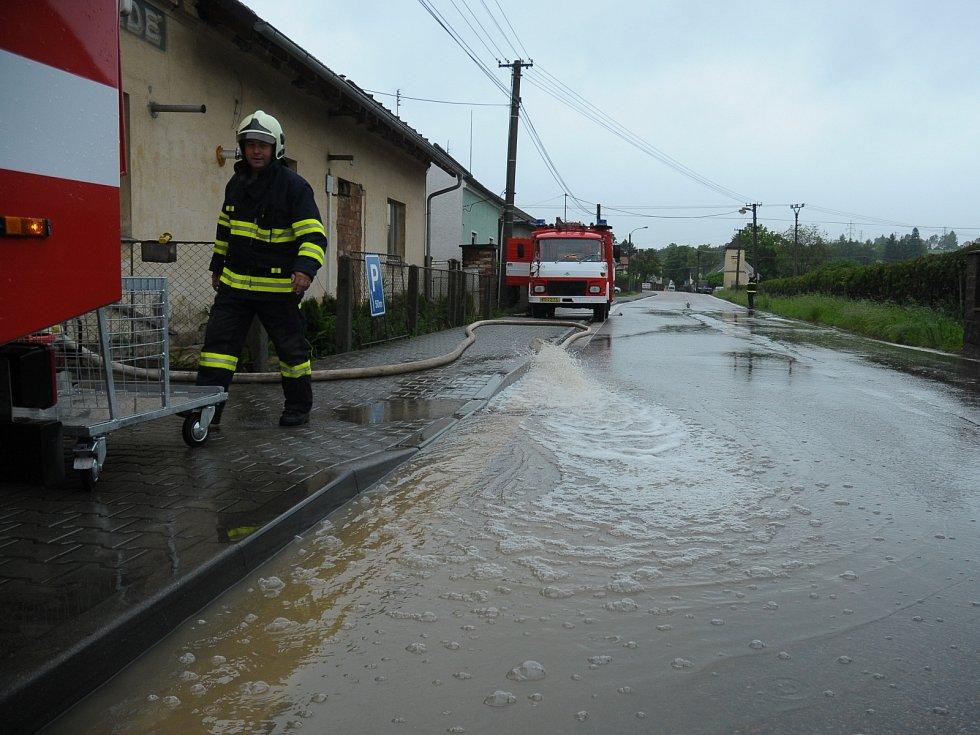 Kamenný Újezd - čerpání vody ze zatopeného sklepa