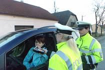 DOPRAVNÍ POLICISTKY Šárka Karhanová a Jiřina Rzymanová (zprava) ve čtvrtek kontrolovaly motoristy na alkohol.