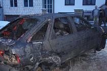 Při požáru automobilu se popálili dva muži.
