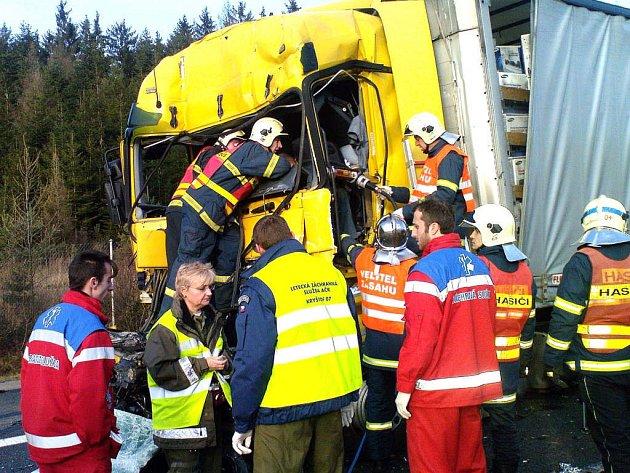 V sobotu dopoledne byla dálnice mezi Mýtem a Cekovem neprůjezdná. Postarala se o to nehoda dvou kamionů a osobního vozu.