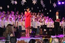 MARTINA ČAPLOVÁ zahajovala osmý charitativně laděný koncert ve Volduchách. Naslouchalo jí i mohutní pěvecké těleso domácích školáků.
