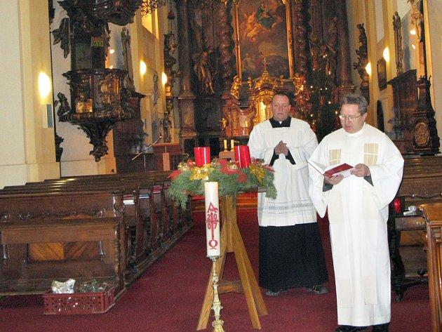 Páter Jaroslav Hůlle (v popředí) se s věřícími setkal i na Štědrý den.