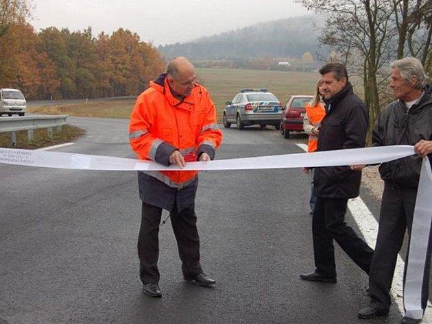 Rekonstrukce mostu nad Klabavou v úterý vyvrcholila.