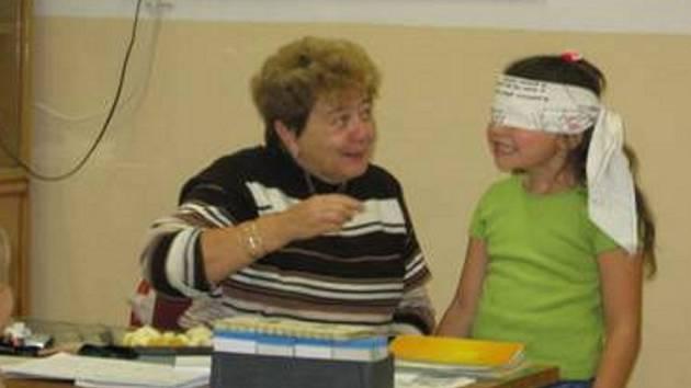 I ve škole se dá užít spousta legrace. Vlaďka Veselá ochutnává a hádá písmenka.