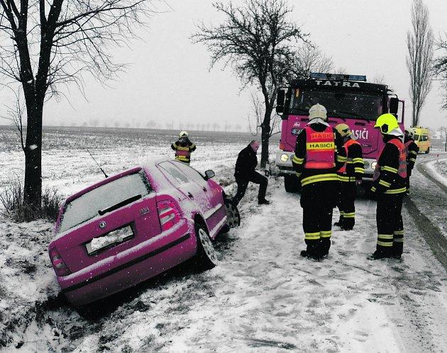 KOLIZE SI NAŠTĚSTÍ nevyžádala žádná zranění. Motoristka zřejmě na zasněžené vozovce dostala smyk a skončila v příkopu.