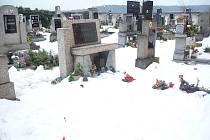 Velká sněhová nadílka, která byla na místním přívětickém kostele, spadla ze střechy, poničila některé hroby v jeho blízkém okolí.
