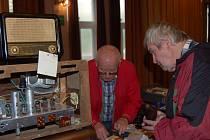 SBĚRATELÉ historických rádií zaplnili v sobotu velký sál sokolovny. Vystaveny tu byly desítky unikátních přístrojů, z nichž většina stále funguje.