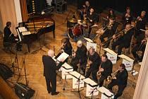 Festival Jazz bez hranic vyvrcholil vystoupením Big Bandu Felixe Slováčka, složeným z řady elitních hráčů. Každý z nich dostal příležitost, aby vedle společné produkce představil svůj um v sólové improvizaci na základní téma. Foto: