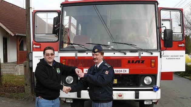 Nejen vozový park , ale ziskem cisterny Liaz 101, CAS 25,  i  technické možnosti zásahů rozšířil Sbor dobrovolných hasičů ze Zvíkovce.  Auto převzal do dočasného užívání od Hasičského záchranného sboru Plzeňského kraje.