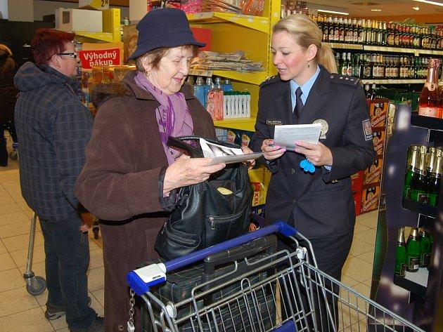 POLICEJNÍ MLUVČÍ Hana Kroftová včera dopoledne navštívila supermarket Albert, aby především starším lidem vysvětlila, že obezřetnost se vyplatí. Obzvlášť před Vánoci totiž přibývá kapesních krádeží.