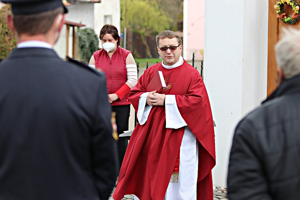 Hasičská mše před kaplí svaté Barbory a svatého Floriána v Kříších