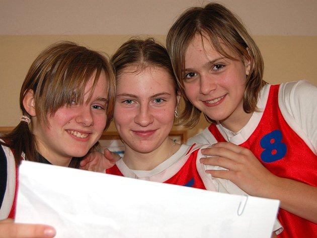 Ve sportovní hale gymnázia vrcholila olympiáda v basketbalu. Domácí studentky (zleva Karolína Tučková, Michaela Frantesová a Pavlína Šimáňová)  obsadily druhé místo.