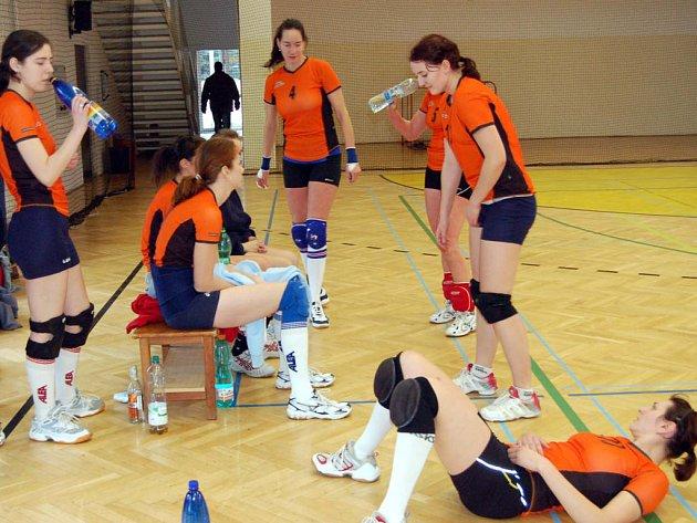 Vítězně vstoupily do roku 2008 volejbalistky Rokycan B  (na snímku) v krajském přeboru. Porazily v gymnáziu  Letnou 3:1 a 3:1.