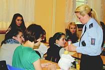 DĚVČETA ZE Střední odborné školy Rokycany získala včera od tiskové mluvčí Hany Kroftové minialarmy. Na jejich pořízení přispělo také okresní město.