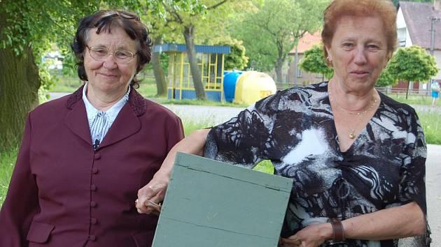 S přenosnou urnou. Marie Šírlová a Eva Chvojková zasedly ve volební komisi v Siré. Hned v pátek odpoledne se vypravily s přenosnou urnou za Věrou Hrabákovou.