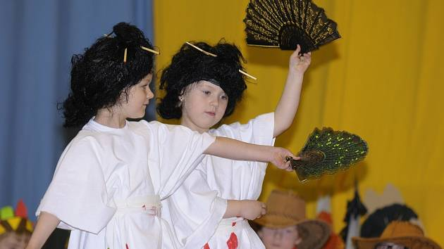 Sál sokolovny mohl v pátek vidět i vystoupení Japonek. Terezka Lisá a Elenka Špelinová předvedli tradiční tanec.