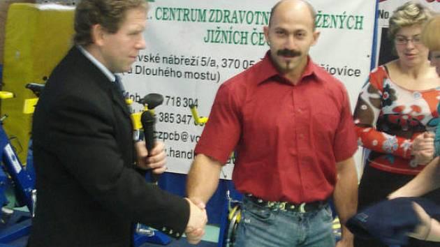 Rokycanský rodák Martin Biháry (vpravo) byl vyhlášen nejlepším hendikepovaným sportovcem za rok 2007. Blahopřeje mu trenér Jiří Smékal.