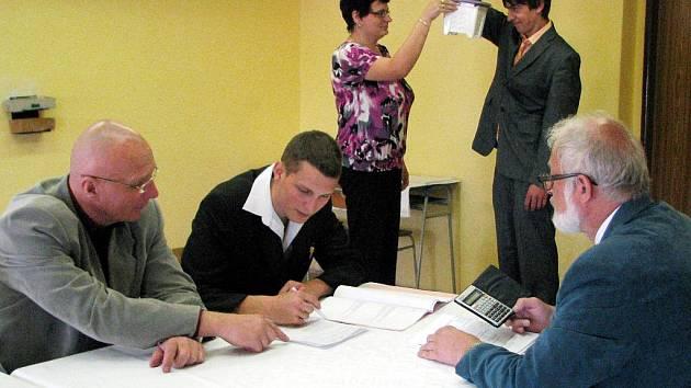 Mezi těmi, kteří maturovali mezi posledními, byla i dvojice studentů ze Střední školy Rokycany, Jeřabinová ulice. Zatím, co se Petr Loukota pod dohledem Milana Víta (vlevo) a Dana Bartovského mořil s úpravou výrazů.
