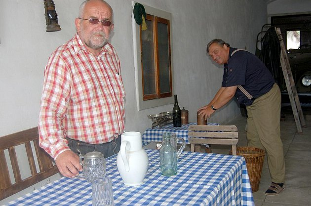 Součástí sobotního Dne Radnic byl živý obraz místních ochotníků. Stylový hostinec Petra Šubrty představili René Keller (vlevo) i Josef Beran.