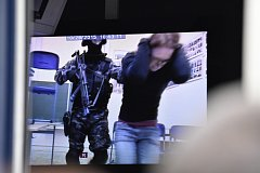 Na monitoru bylo možné sledovat dění na chodbách i učebnách.