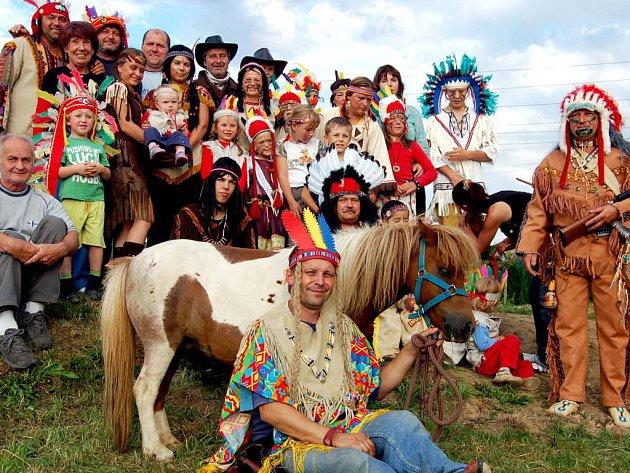 Patrioti a přátelé Borku se převlékli do slušivých indiánských krojů. Kolorit jejich setkání doplňovala peruánská muzika, stádo pěti koní a skvělý guláš z bizona. Do jeho přípravy se pustil šaman Karel Kyncl (sedí vlevo).
