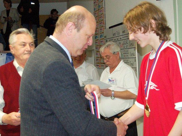 V rokycanské Jiráskově ulici se soustředili nejlepší češí a moravští kuželkáři v kategorii dorostenců. Neztratil se mezi nimi domácí Michal Pytlík (vpravo), který od svazového zástupce přebíral stříbrnou medaili za druhé místo.
