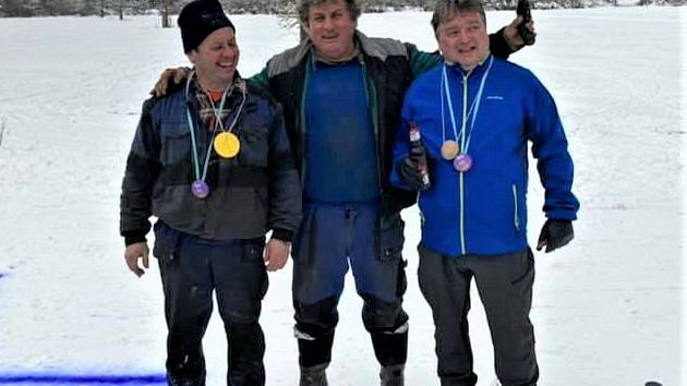 Organizátor a hlavní rozhodčí závodu o sud piva Jan Pacák (uprostřed) dekoroval oba aktéry prestižního běžkařského závodu. Vlevo je Karel Veverka a vpravo Pavel Macák.